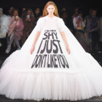 Tekst op de catwalk - Viktor en Rolf Paris Fashion Week