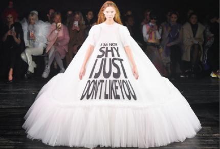 Tekst op de catwalk - Viktor & Rolf op Paris Fashion Week