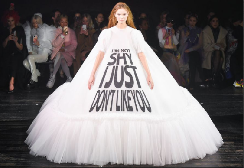 Tekst op de catwalk – Viktor & Rolf op Paris Fashion Week
