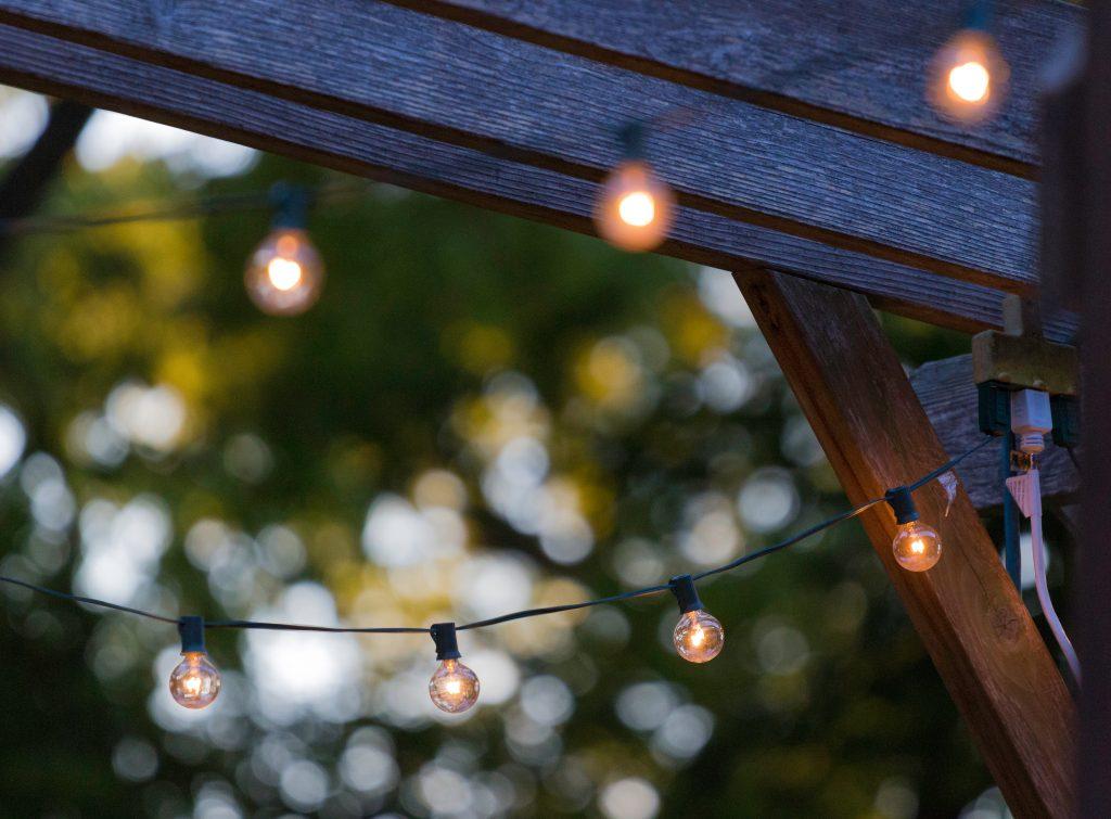 Tuinverlichting-tips-vier-de-zomer-op-een-loungekussen-1
