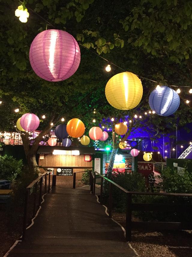 Tuinverlichting-vier-de-zomer-op-een-loungekussen