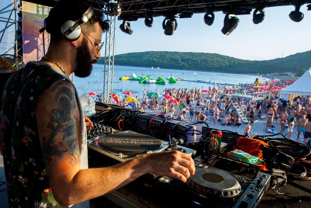 DJ op het strand van Budva Montenegro
