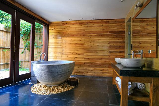 Kleur in je badkamer - houten wand