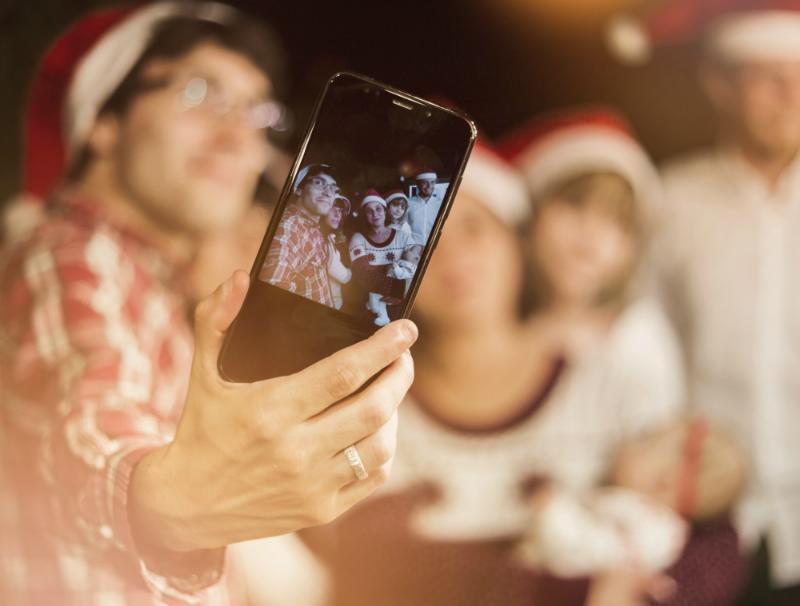Kerstcontent - groepsselfie tijdens de kerstborrel