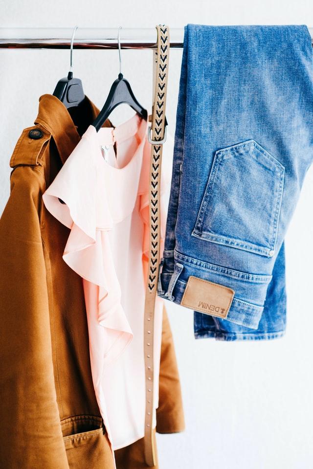 Laat kleding hangend drogen en voorkom strijken