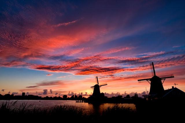 Nederlandse zonsondergang met molens