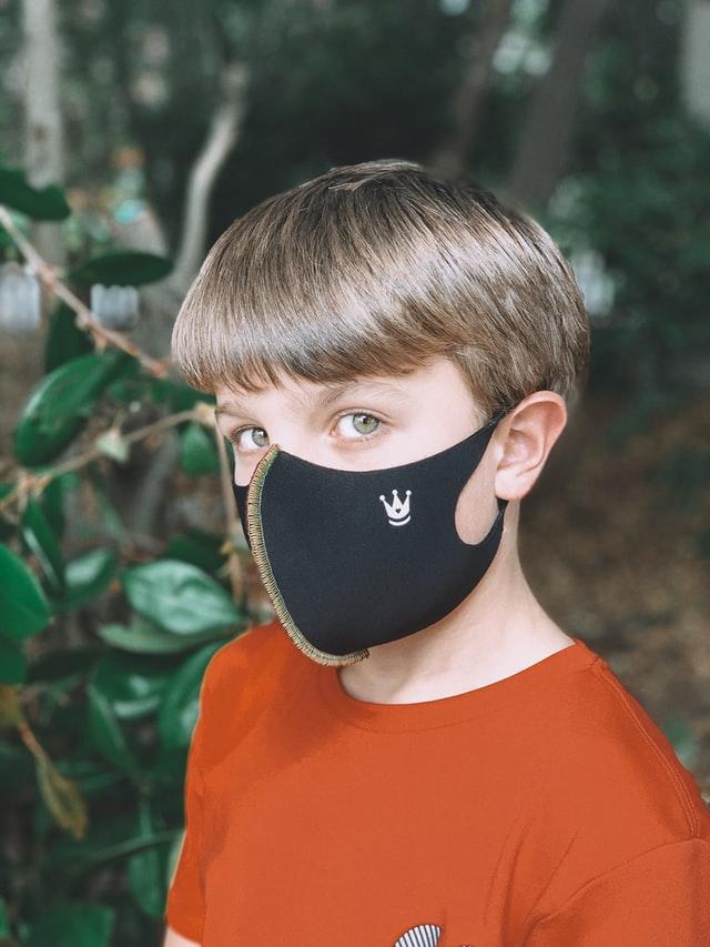Jongen met zwart gezichtsmasker