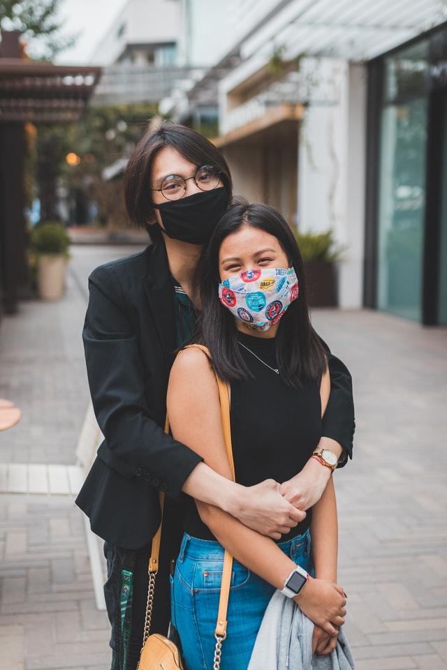 Trendy mondkapjes op straat