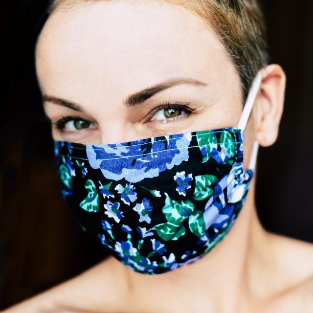 Vrouw met gekleurd mondmasker