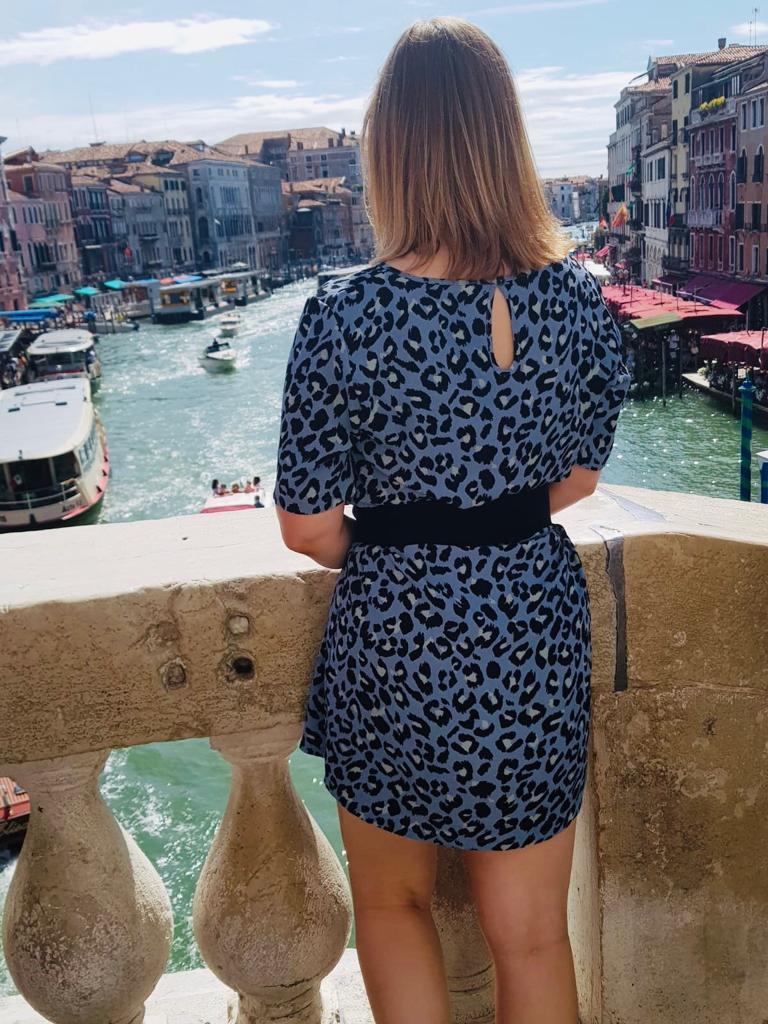 Het uitzicht vanaf een van de beroemde bruggen in Venetië