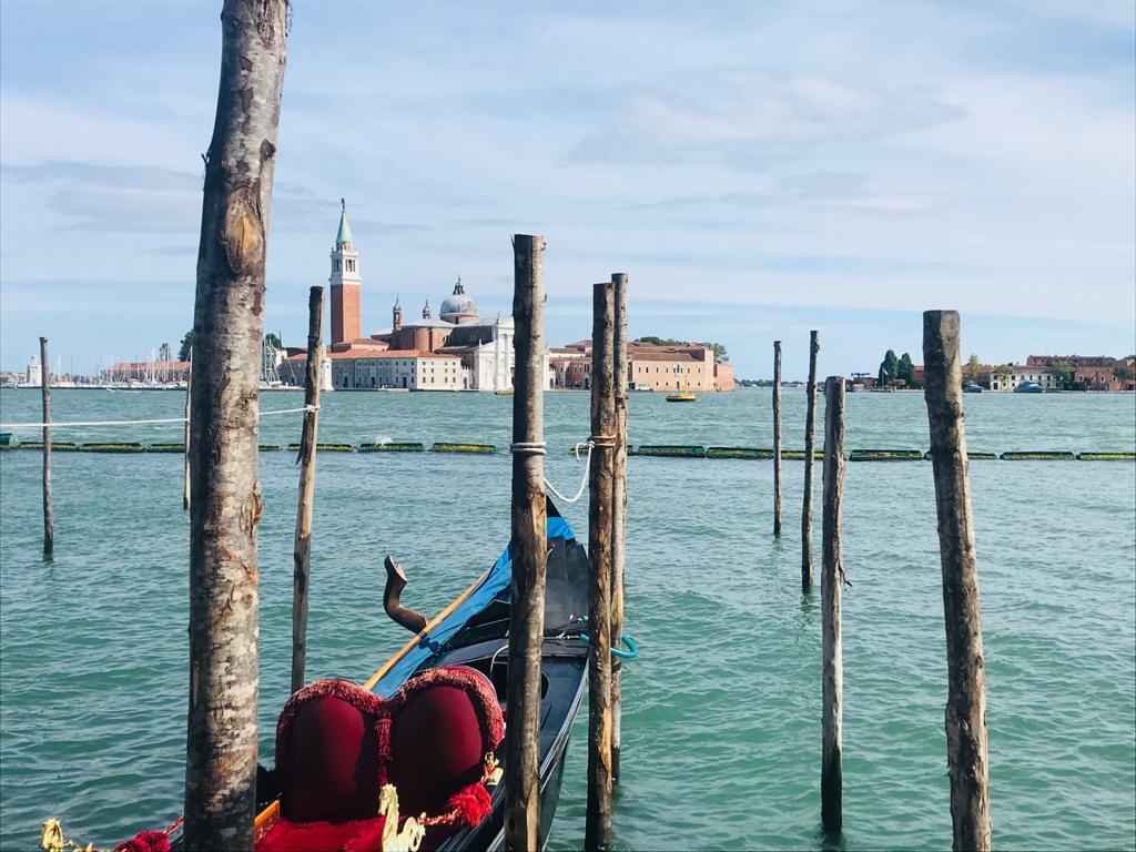 Lege gondels in Venetië