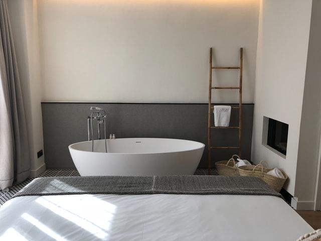 Badkamertrends 2021 een vrijstaand bad in de slaapkamer