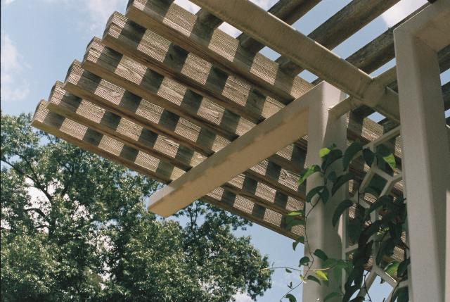 Een houten terrasoverkapping