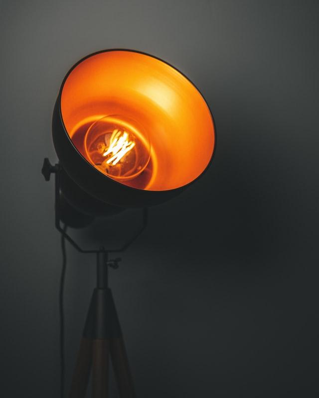 Robuuste vloerlamp in een industrieel huis