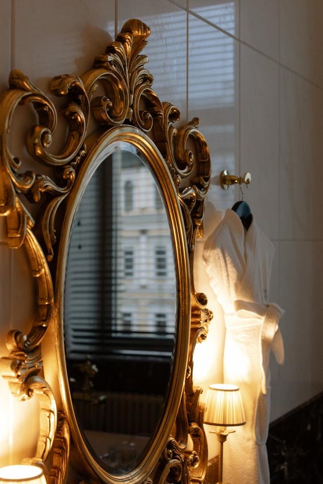 Een ronde spiegel in de badkamer