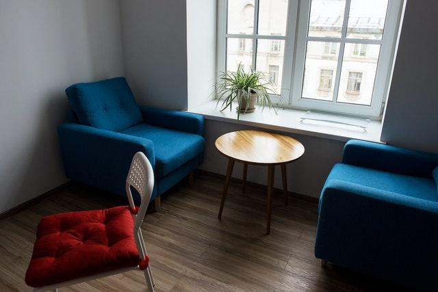 Een ronde salontafel van hout