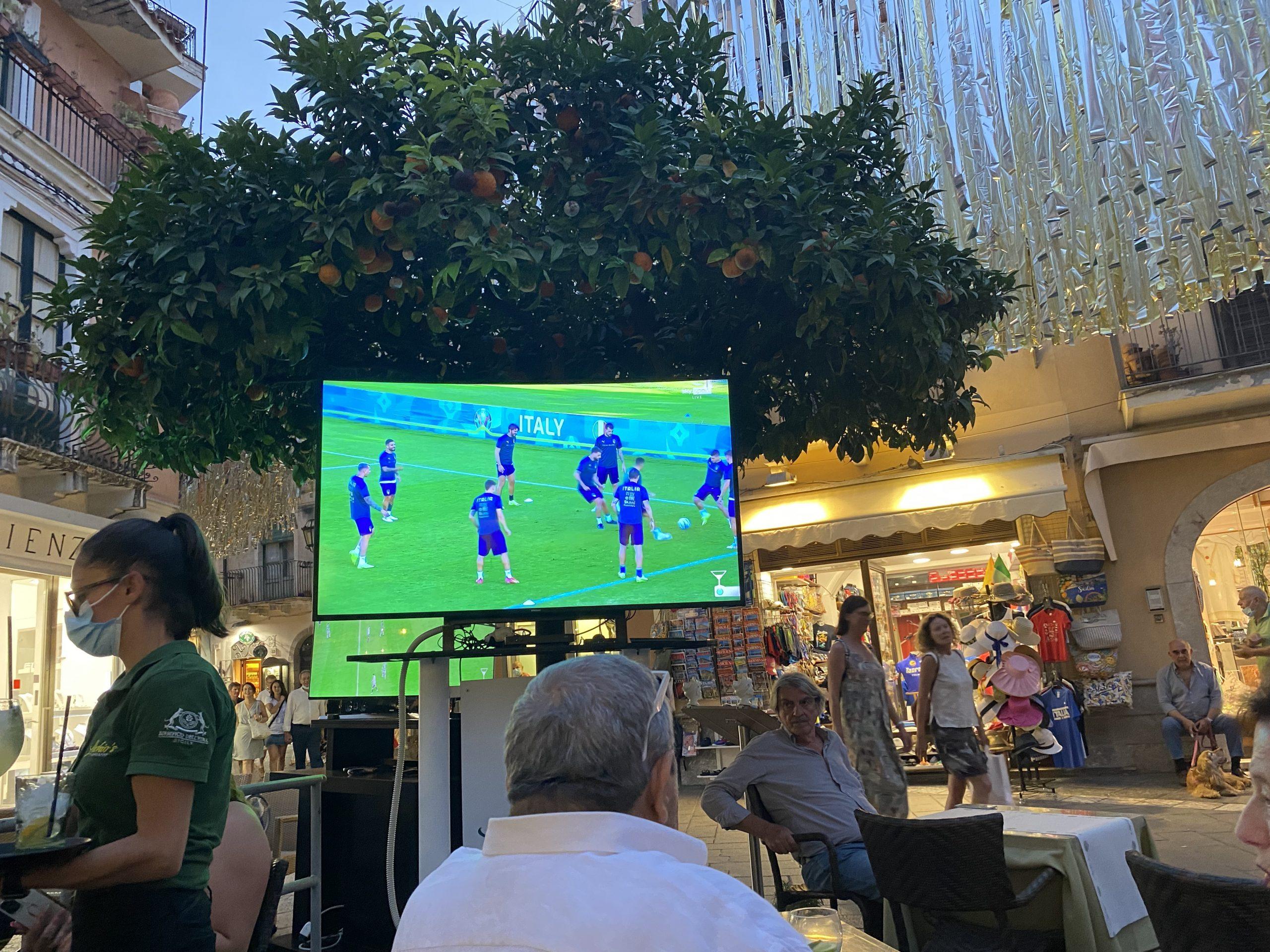 Voetbal kijken op het terras van Licchio's bar in Taormina