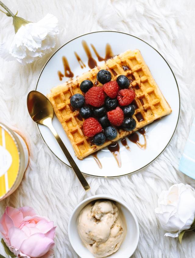 Zoete toetjes - warme wafels met fruit